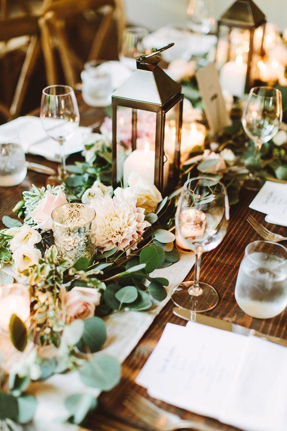 Centro de mesa con faroles en una boda elegante en New York para una pareja de foodies fotografiada por Pat Furey.