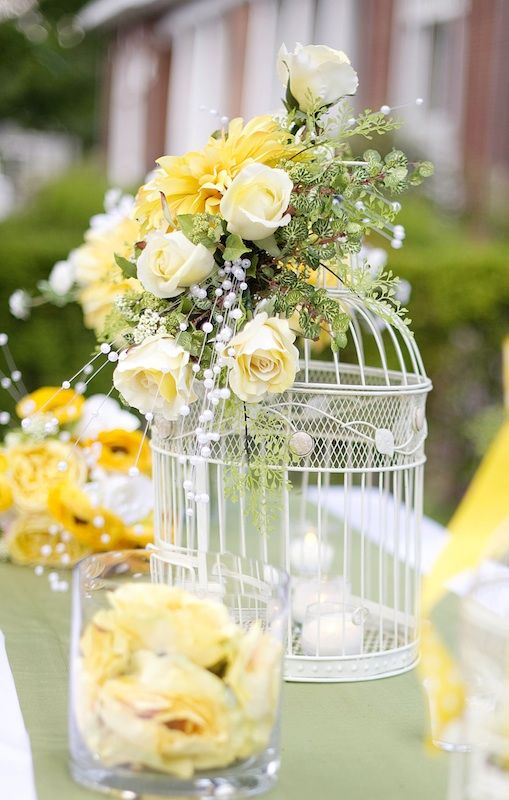 Centro de mesa con jaulas adornadas con flores amarillas y velas de te | Bodas veraniegas en amarillo. Large birdcage and yellow flower centerpiece idea | Summer yellow wedding design ideas.