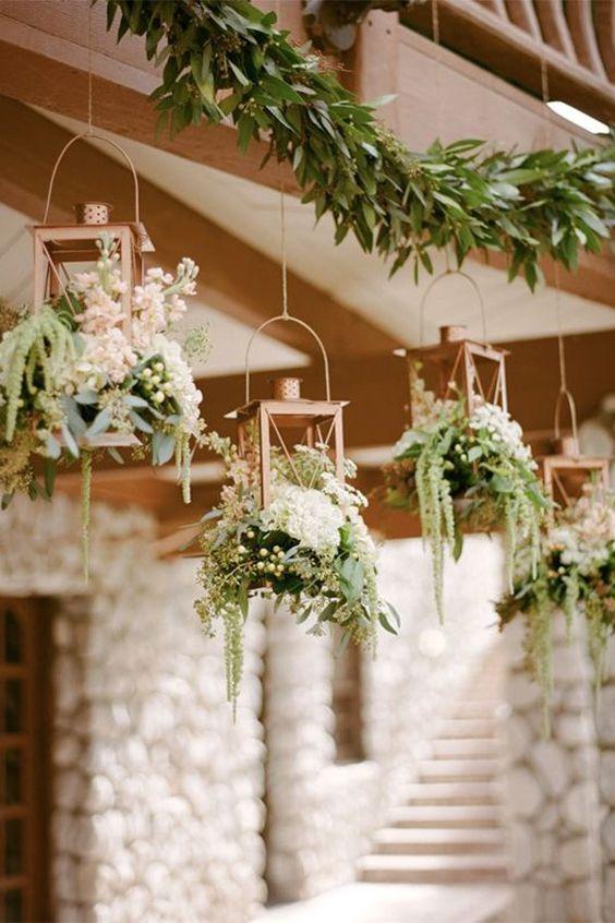 Centros de mesa colgantes. No hay necesidad de tener los arreglos florales confinados a la mesa, estos centros de mesa colgantes les darán a tus invitados una experiencia como de jungla y muy mágica.