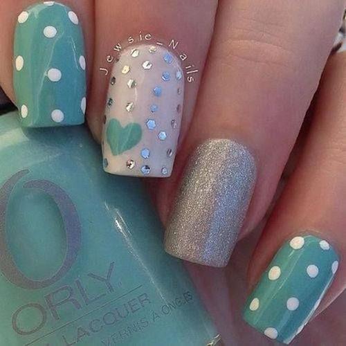Diseños modernos de uñas cortas para novias.