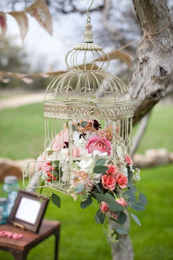 Buscas ideas únicas de decoración de boda vintage? Usa distintas lozas vintage como tus centros de mesa; llena tazas o bases para pasteles con flores. Jaulas para bodas colgantes muy vintage.