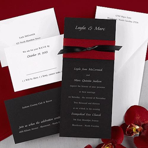 Tarjetas de bodas en negro y rojo dan un toque formal y original.