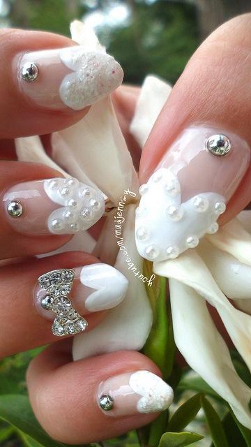 Por supuesto, si aun así prefieres las uñas largas, puedes optar por las uñas acrílicas. Uñas francesas con corazones.