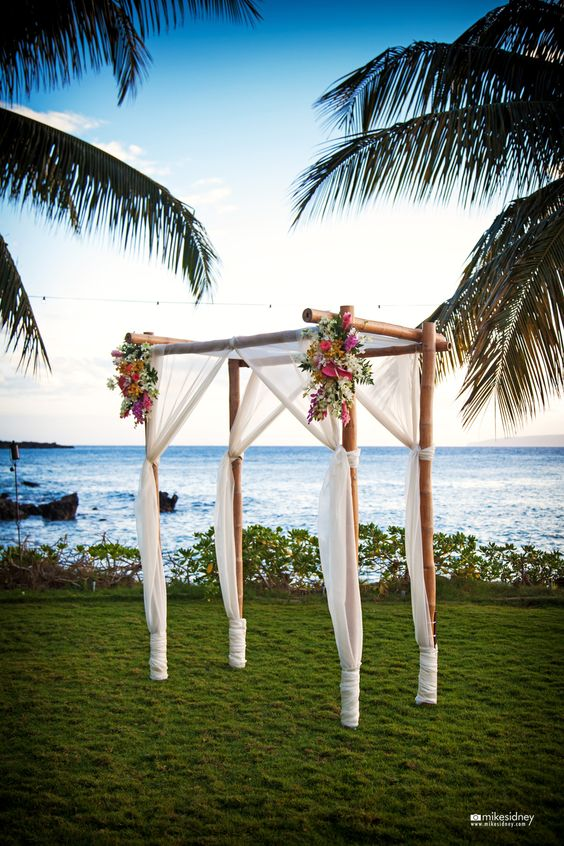 Y seguimos capturando la belleza de Maui, esta vez con un arco de flores para boda en la playa capturado por Mike Sidney Photography en Sugarman Estate.