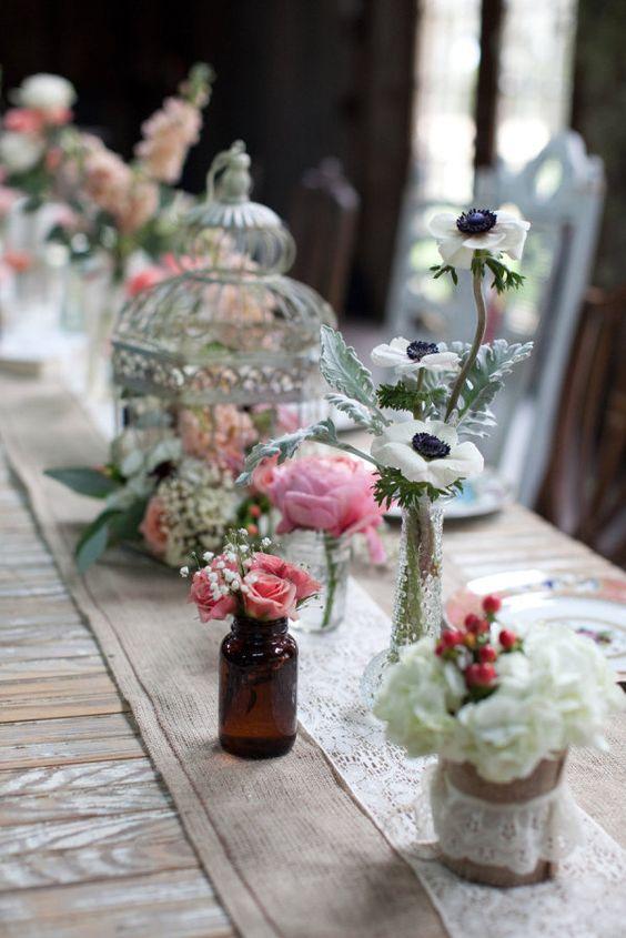 El Vista West Ranch se presta para una boda campestre con simples y delicados centros de mesa Fotografia de Nicole Chatham Photography. Diseño floral rústico o shabby chic de petal pushers. Coordinación de bodas de coordinatethis.