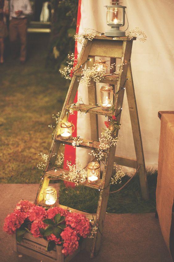 Una forma muy económica de darle un toque romántico a tu celebración con briseras y faroles para bodas sobre una escalera. DIY and handmade campsite wedding.