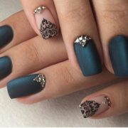 Decoración de uñas cortas para novias en azul.