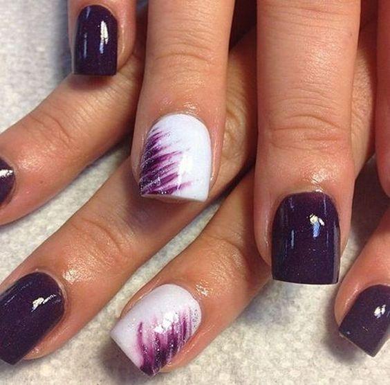 Morado y blanco en este diseño original para uñas cortas.