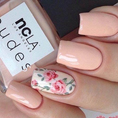 Los diseños de uñas en nude siguen estando en boga porque estilizan tus dedos haciéndolos ver mas largos. Algo que viene bien el día de tu boda cuando todos los ojos se posan en tu anillo.