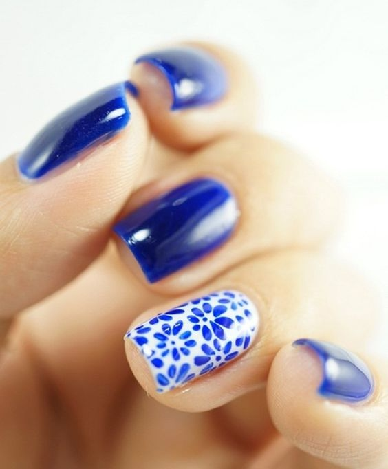 En general, la gente piensa que el arte de uñas solo es posible en las uñas largas. Pero no es así! Para estos diseños de uñas simples para uñas cortas usa un sello para hacer las flores en lugar de hacerlas a mano.