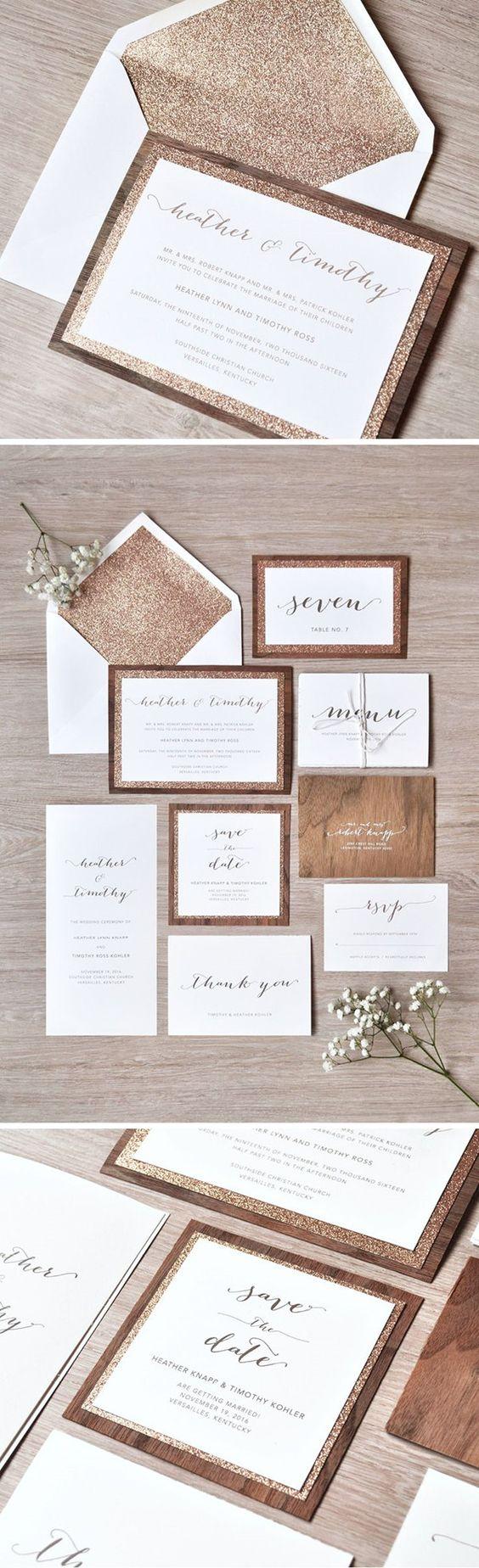 Invitaciones para bodas rústicas de madera con capa de purpurina en rosa oro y sobre forrado.