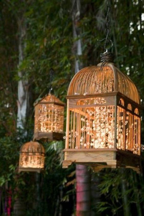 Opciones de luces para bodas rústicas con jaulas de pájaros.