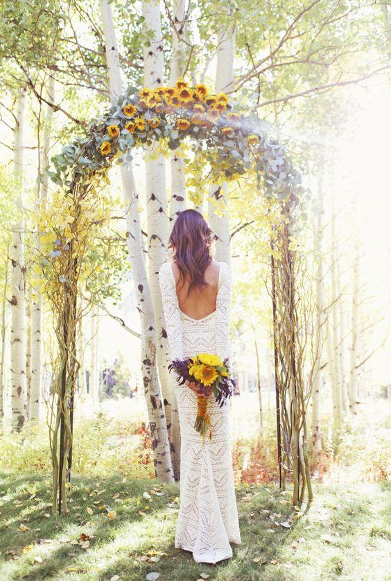 Romántico arco con girasoles para una boda al aire libre. ¿quieres saber como hacerlo?