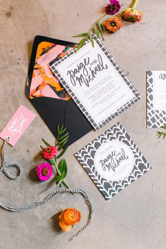 Color en el forro del sobre con invitaciones en blanco y gris. Fotografia de Vue Photography.