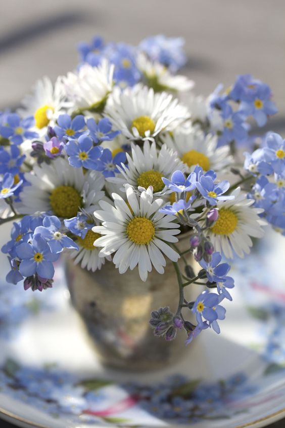 Unique wedding memorial ideas: daisies and forget-me-nots.