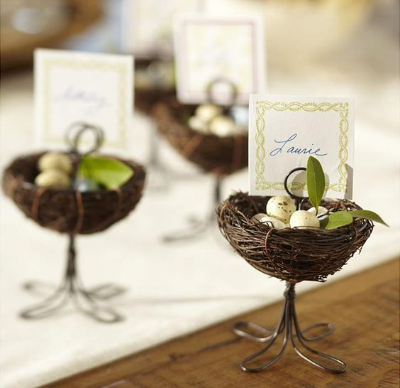 Como ahorrar en las bodas. Números de mesa combinados con placecards.