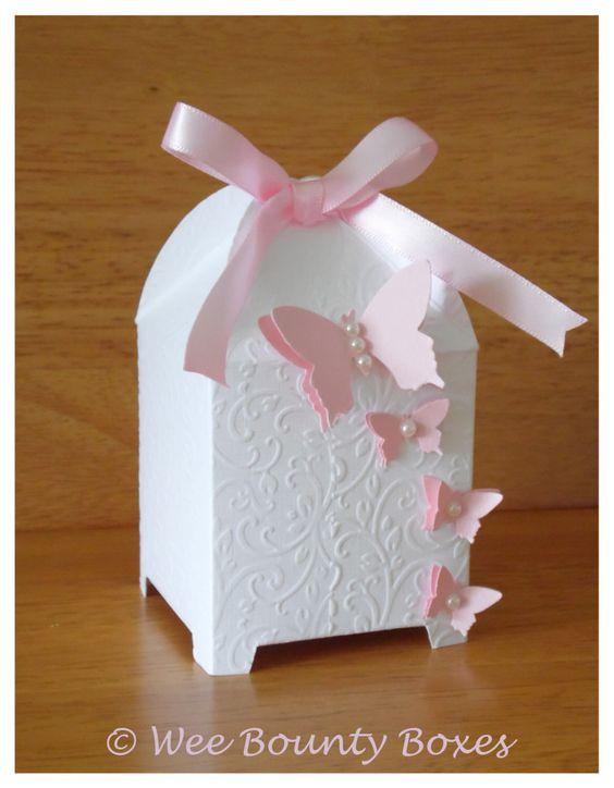 Jaula de papel con detalle de flores y mariposas como recuerdos de boda.
