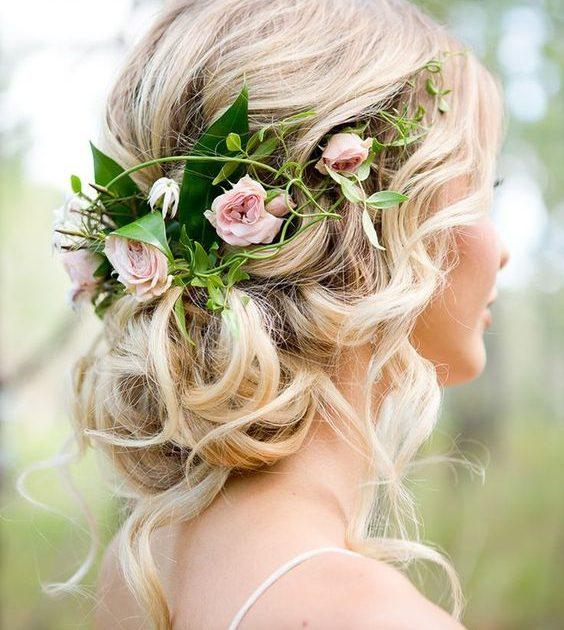 ¿Buscas ideas de peinados para bodas sencillos de hacer para tu gran día? Moños bajos despeinados con una media corona de rosas.