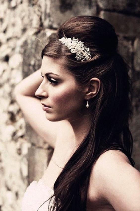 Peinados de novia vintage con pelo largo y liso.
