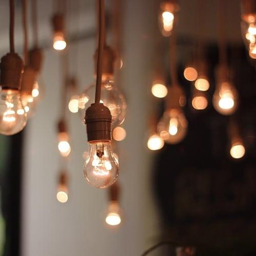 Crea un ambiente romántico con bombillas de luz.
