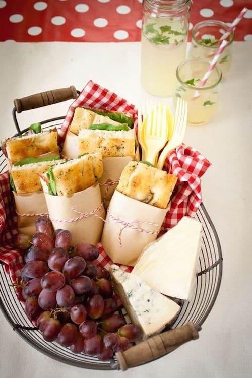 Después de la fiesta, una canasta con queso, frutas y panes para la noche de bodas.
