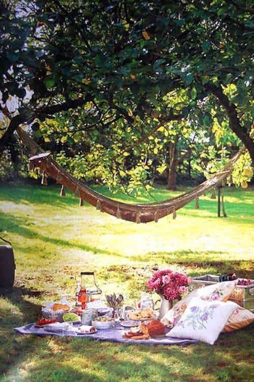 Un desayuno al aire libre en un jardín romántico.
