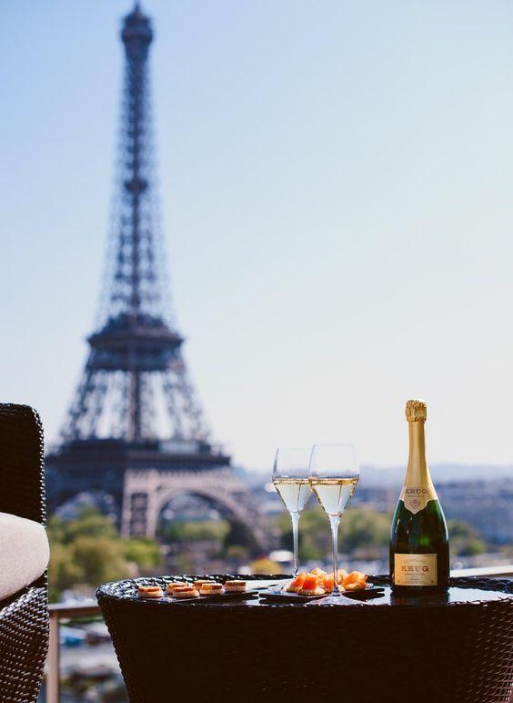 Una botella de champagne brie y una baguette con el desayuno.