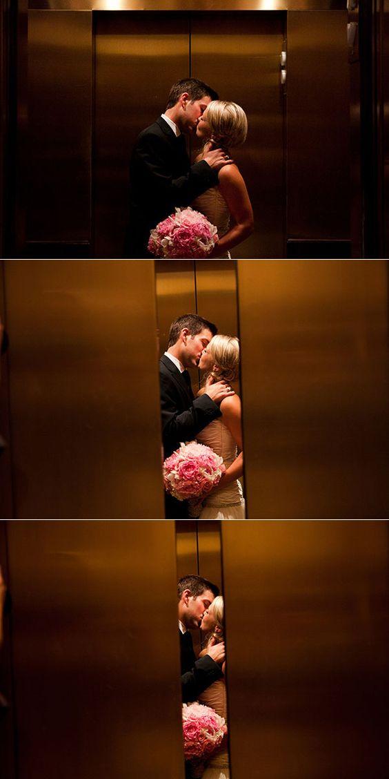 Una foto romántica antes que cierren las puertas del ascensor.
