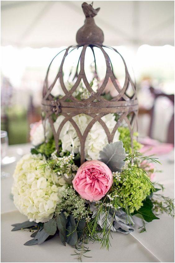 Glamour rústico es la manera perfecta para describir cada uno de estos sorprendentes centros de mesa. Con las velas anchas y los candelabros de cristal. Very rustic vintage glam.