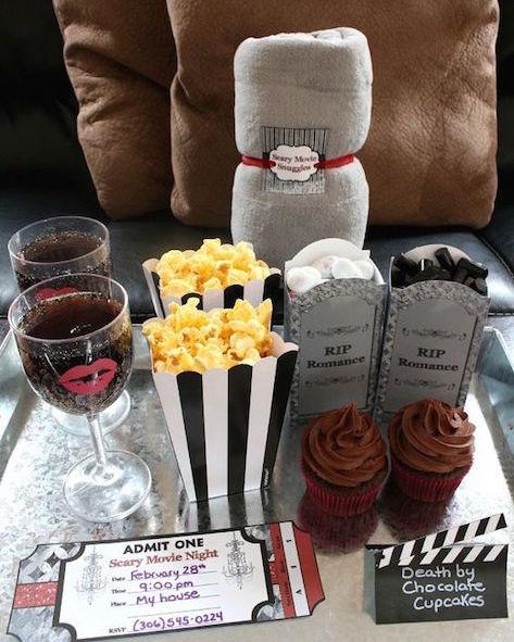 Ideas para tu noche de bodas. Dormir en los brazos de tu pareja relajados con una película y unos munchies luego de la fiesta puede ser mas romántico e inolvidable que cualquier otra cosa.