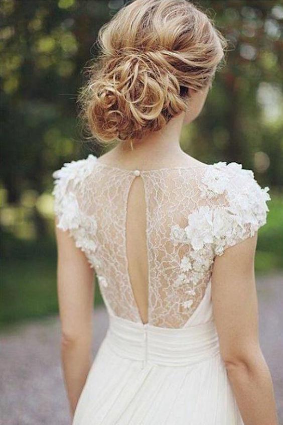 Hablemos de los moños bajos despeinados para bodas.