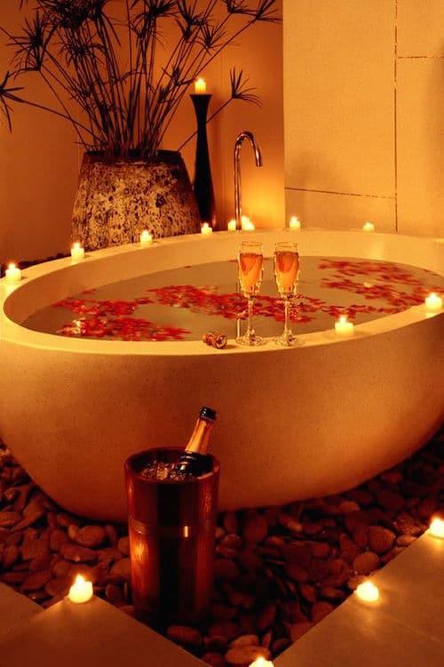 Un baño relajante y romántico para la noche de bodas.
