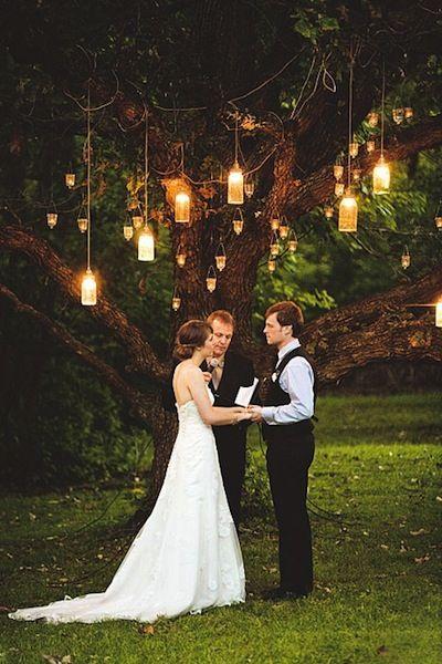Organiza tu boda al aire libre en el jardín de tu casa o en un parque público y ahorra el gasto del salón de bodas. El fonde perfecto para una boda intima ¡un árbol viejo!