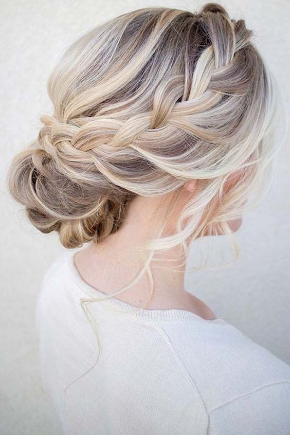 este peinado con moo bajo para bodas es un clsico - Moos Bajos Con Trenzas