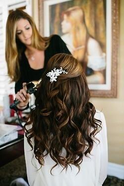 Este es un peinado sencillo y bonito para una boda.