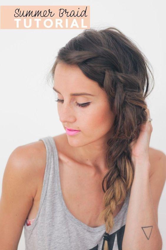 Encantador peinado trenzado. Si deseas agregar algunos detalles especiales a tu pelo, prueba con un peinado trenzado.