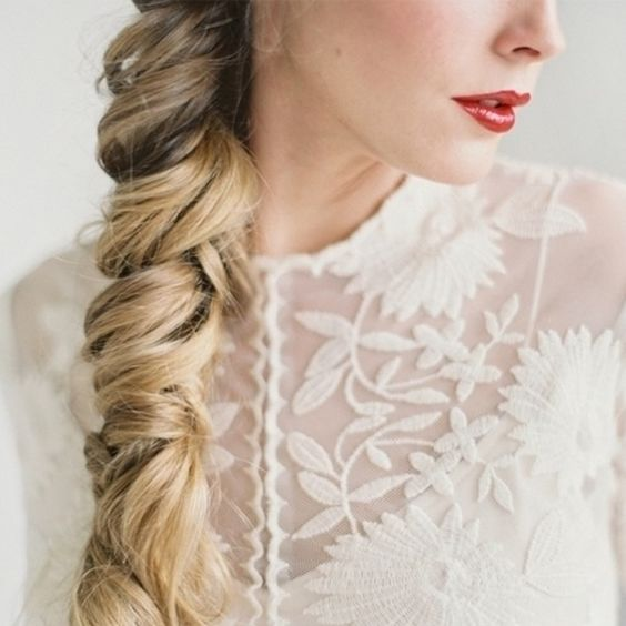 Las trenzas se adaptan a casi todos los peinados de novia. Fotografía de brycecoveyphoto.