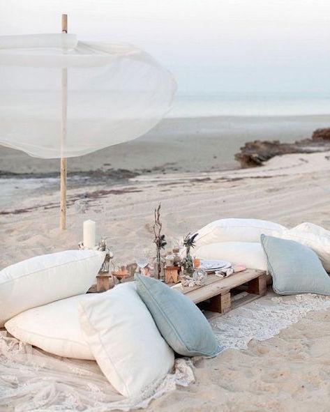 Luego de un descanso placentero junto al mar, desciendan a la playa para disfutar de un desayuno juntos con una vista excepcional.