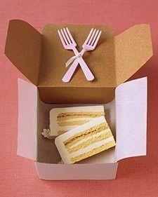 Con tanta gente que saludar, los novios nunca llegan a probar su pastel de bodas. Un amigo puede poner un par de rebanadas en una caja.
