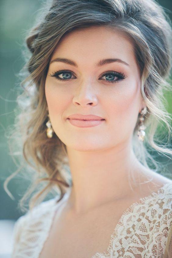 un maquillaje natural y un recogido suave para esta boda surea en alabama