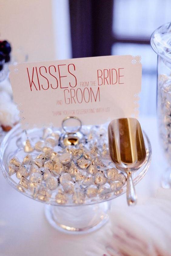 Recuerdos de boda y mesa de dulces con Hershey's kisses.