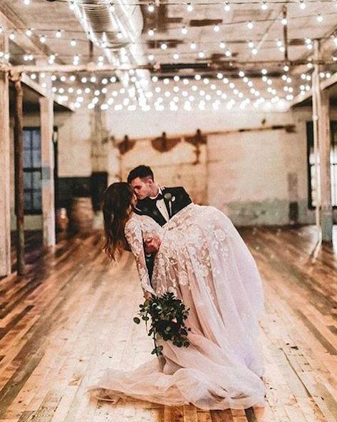 Tradiciones de la noche de bodas. Entra a la habitación en los brazos de tu pareja!