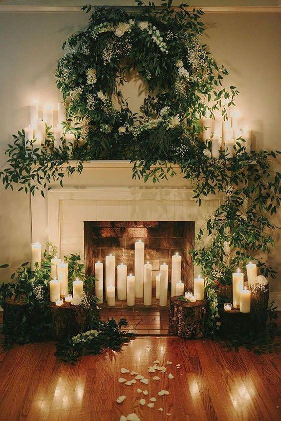 Velas y follaje para la decoración de tu recepción de bodas.