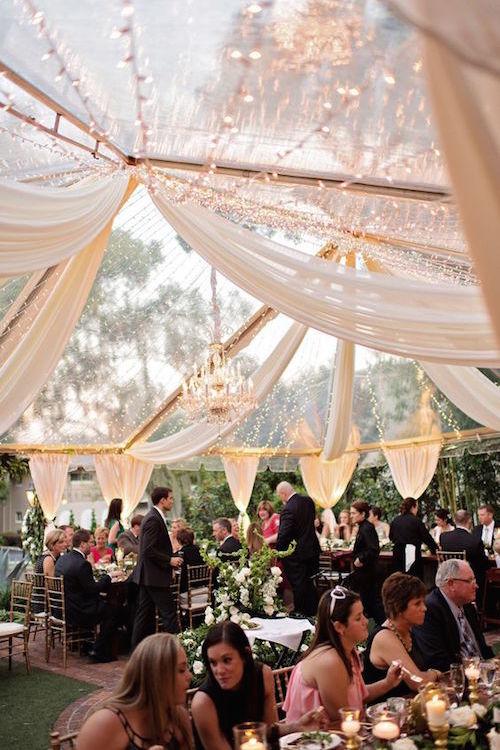 Boda de lujo al aire libre en Casa Feliz en Winter Park, Florida diseñada por An Affair To Remember. Fotografía Kristen Weaver Photography. Vestido de Maggie Sottero.