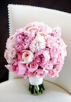 Bouquet de novia con rosas blancas y hortensias. Fotografía Lizzie Loo Photography. Diseño floral Lloyd's Florist.
