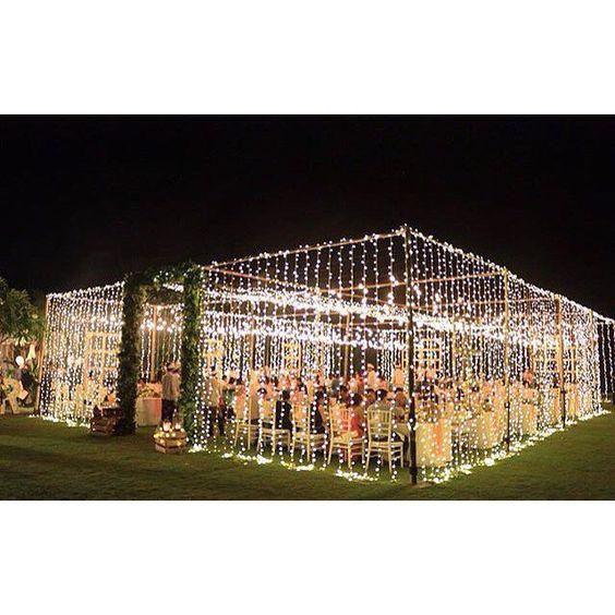 Decoración de carpa para fiestas con luces en Bali.