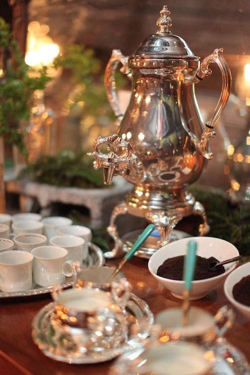 El Café: Un básico al armar un coffee bar de bodas. En la foto, una prensa de café Francesa.