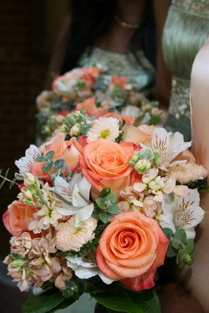 Ramo de novia en durazno y naranja. Hortensias y rosas en durazno, eucalipto, alstro blanco. ásteres Matsumoto.