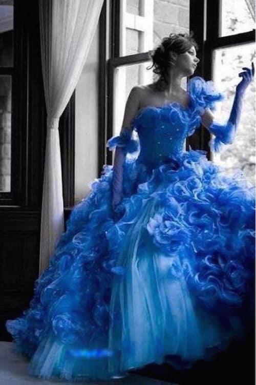 Vestido en azul con falda amplia típico de las bodas gitanas. Blue dress.