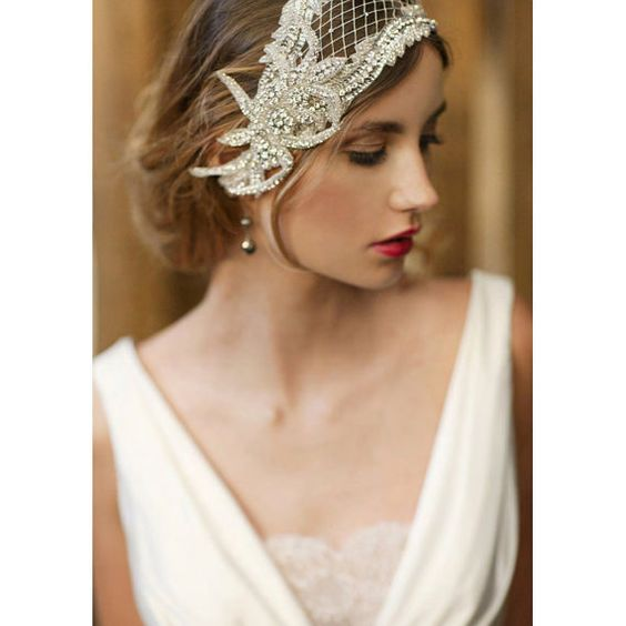 Wedding veils guide: How to choose the perfect bridal veil for your hairstyle. A timeless 1920s wedding headpiece.